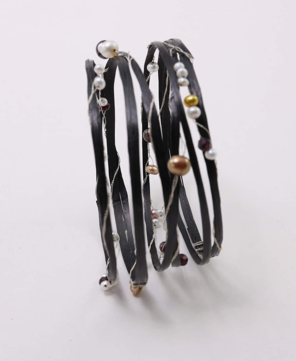 Carbon-Armband mit Perlen und Silber
